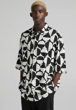 Bershka - RELAXED FIT MIT PRINT - Skjorta - white