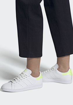 adidas Originals - STAN SMITH SPORTS INSPIRED SHOES - Joggesko - ftwwht/hireye/ftwwht
