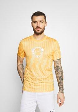 Nike Performance - DRY - Print T-shirt - saturn gold/pollen/white
