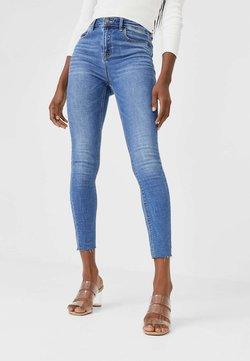 Stradivarius - MIT HOHEM BUND UND RISSEN  - Jeans Skinny Fit - light blue