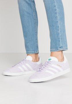 adidas Originals - GAZELLE - Sneaker low - purple tint/footwear white/glacier green