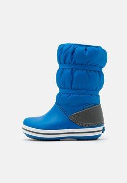 Crocs - CROCBAND WINTER UNISEX - Snowboot/Winterstiefel - bright cobalt/light grey