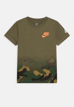 Nike Sportswear - TEXTURED CAMO MIDWAY TEE - T-shirt z nadrukiem - medium olive