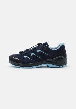 Lowa - MADDOX GTX LO JUNIOR UNISEX - Hiking shoes - navy/eisblau