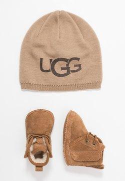 UGG - BABY NEUMEL & BEANIE SET - Baby gifts - chestnut