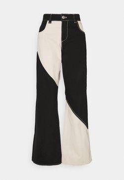 Stieglitz - DELTA PANTS - Jeans a zampa - black