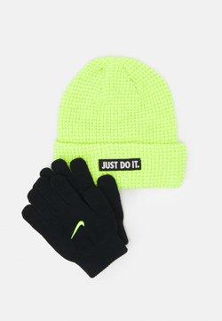 Nike Sportswear - REFLECTIVE BEANIE GLOVES SET UNISEX - Fingerhandschuh - volt
