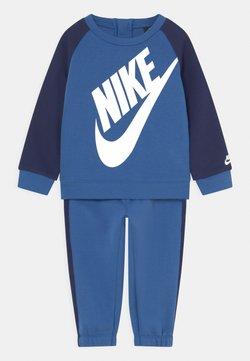 Nike Sportswear - OVERSIZED FUTURA CREW BABY SET UNISEX - Survêtement - mountain blue