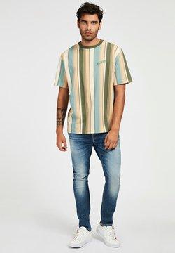 Guess - STREIFENMUSTER - T-Shirt print - mehrfarbig, grün