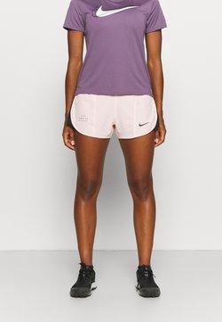 Nike Performance - RUN TEMPO SHORT - kurze Sporthose - pale coral/black