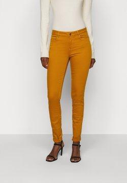 Vero Moda Tall - VMHOT SEVEN MR SLIM PUSH UP PANT - Broek - buckthorn brown