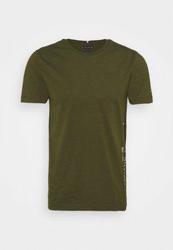 Tommy Hilfiger - FLAG SIDE TEE - T-shirt imprimé - olivewood