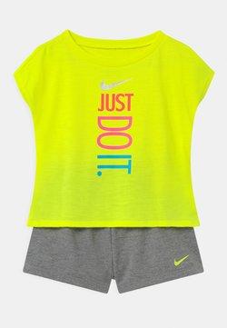 Nike Sportswear - SET - T-shirt print - carbon heather