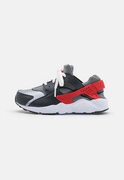 Nike Sportswear - HUARACHE RUN - Zapatillas - dark smoke grey/university red/light smoke grey/smoke grey