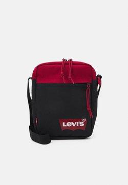 Levi's® - MINI CROSSBODY SOLID BATWING - Sac bandoulière - regular red