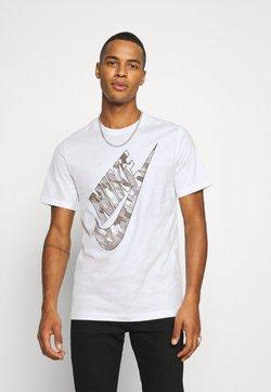 Nike Sportswear - TEE CLUB CAMO - T-shirt z nadrukiem - white/grey fog