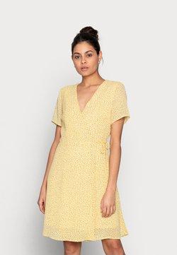 Moss Copenhagen - LINOA RIKKELIE WRAP DRESS - Kjole - banana