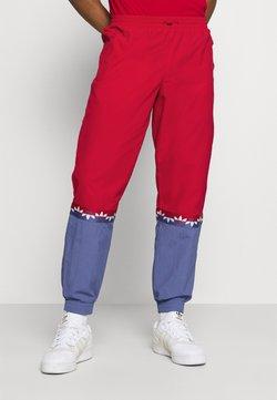 adidas Originals - SLICE TREFOIL ADICOLOR PRIMEGREEN ORIGINALS SLIM TRACK - Jogginghose - scarlet/crew blue