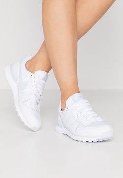 Nike Sportswear - INTERNATIONALIST - Sneaker low - white/football grey