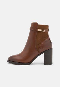 Tommy Hilfiger - BLOCK BRANDING BOOT - High Heel Stiefelette - pumpkin paradise