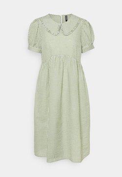 Pieces Petite - PCIDA MIDI DRESS - Sukienka koszulowa - bright white/turtle green