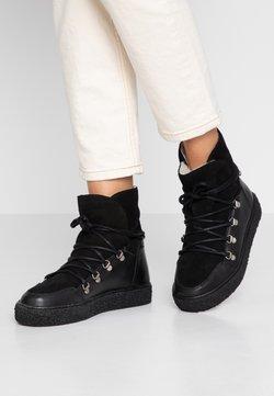 Pavement - LOLA - Botines con plataforma - black