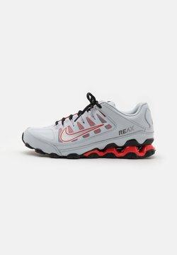 Nike Performance - REAX 8  - Kuntoilukengät - pure platinum/metallic silver/black/chile red
