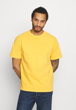 Levi's® - VINTAGE TEE - Camiseta básica - kumquat garment dye