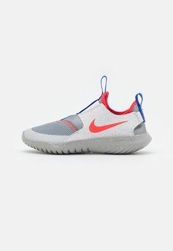 Nike Performance - FLEX RUNNER SE UNISEX - Zapatillas de running neutras - particle grey/bright crimson/light smoke grey