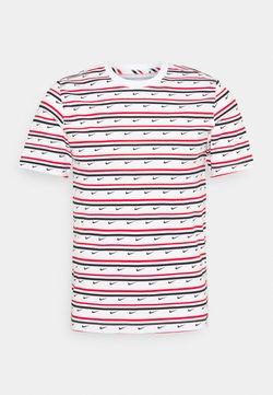 Nike Sportswear - TEE CLUB STRIPE - T-shirt con stampa - white/university red/obsidian