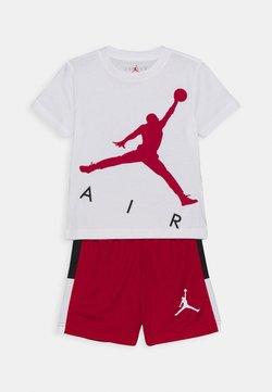 Jordan - JUMPING BIG AIR TEE & SHORT SET - Trainingspak - gym red
