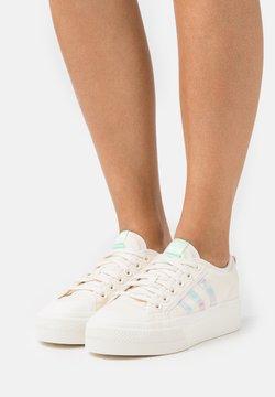 adidas Originals - NIZZA PLATFORM  - Sneaker low - chalk white/frozen green