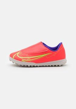 Nike Performance - MERCURIAL JR VAPOR 14 CLUB TF UNISEX - Voetbalschoenen voor kunstgras - bright crimson/metallic silver
