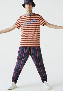 Lacoste - T-Shirt print - orange clair / bleu / marron / rouge