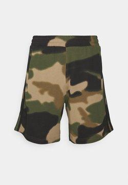 adidas Originals - CAMO UNISEX - Shorts - wild pine/multicolor/black