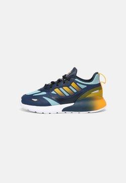 adidas Originals - ZX 2K 2.0 UNISEX - Sneaker low - crew navy/semi solar gold/core black