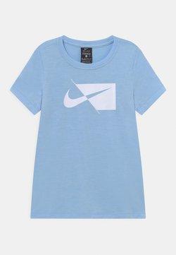 Nike Performance - T-shirt imprimé - psychic blue/white