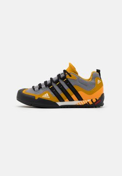 adidas Performance - TERREX SWIFT SOLO - Bergschoenen - grey three/core black/legend gold