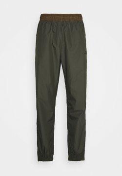 Nike SB - TRACK PANT UNISEX - Jogginghose - cargo khaki/yukon brown/black