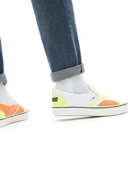 Vans - UA ComfyCush Slip-On SM - Loaferit/pistokkaat - (penn) yellow/orange