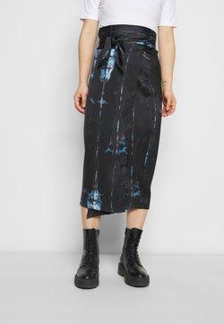 Never Fully Dressed Petite - TIE DYE JASPRE SKIRT - Falda de tubo - navy multi