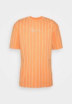 Karl Kani - SMALL SIGNATURE PINSTRIPE TEE UNISEX - T-Shirt print - coral/white