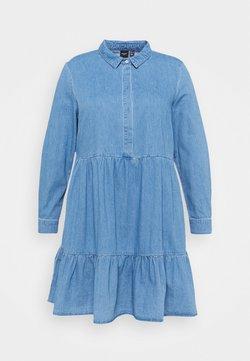 Vero Moda Curve - VMMARIA FRILL SHORT DRESS - Jeanskleid - light blue denim