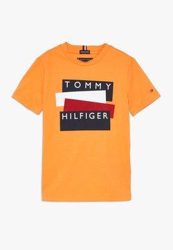 Tommy Hilfiger - STICKER TEE  - T-shirt print - orange