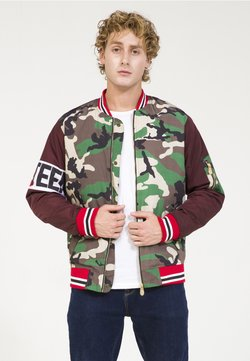 PLUS EIGHTEEN - MIT CAMOUFLAGE-PRINT - Bomberjacke - bordeaux