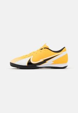 Nike Performance - MERCURIAL VAPOR 13 ACADEMY IC - Halówki - laser orange/black/white