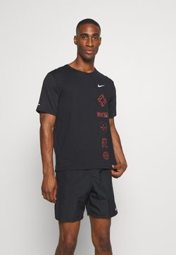 Nike Performance - MILER - T-shirt imprimé - black/claystone red/silver