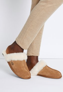 UGG - SCUFFETTE  - Chaussons - chestnut