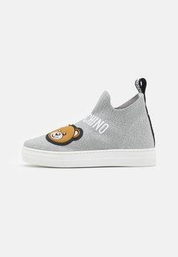 MOSCHINO - Höga sneakers - silver