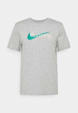 Nike Performance - TEE - Camiseta estampada - grey heather